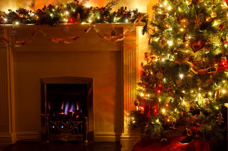 christmas_tree_with_fireplace.jpg